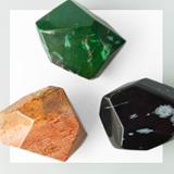 Grosse facettierte Steine