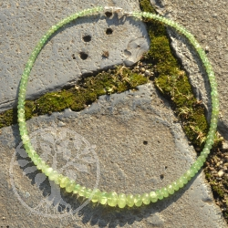 Phrehnit Halskette verlaufende Button-Perlen