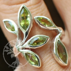 Peridote-Gemstone Silver Ring with leaf six faceted