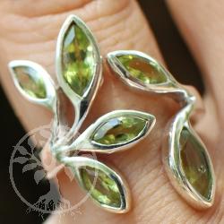 Peridot Silberring mit 6 besetzten Edelstein Blättern