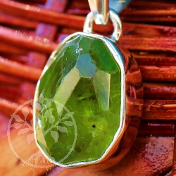 Peridote Pendant Sterlingsilver Big Peridot gemstone Facetted