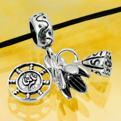 Silbercharm mit Anhänger Lotusblüte, Geldsack und Rad des Buddhismus