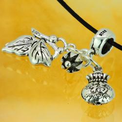 Silberrohr mit Anhänger Geldbörse, sitzender Schmetterling und Blume