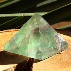 Fluorit Pyramide 002 Defekt an einer Seite der Spitze
