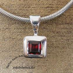 Silber-Anhaenger quadratischer Edelstein Granat in 925er Silber