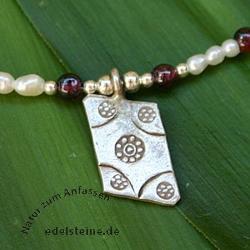 Perlenkette mit Granat und Silberanhaenger