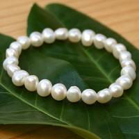 Armband aus weissen Perlen