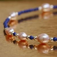 Armband aus Lapislazuli und Perlen