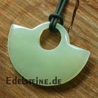 China Jade Anhaenger Halbkreis