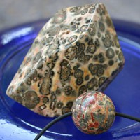Leopard-Jaspis Set facettierter Stein und Kugel