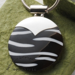 Zebra shell pendant with silver 9