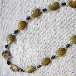 Steinkette grüner Opal in Muttergestein