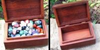 Wooden box filled with tumbled stones 0,6kg