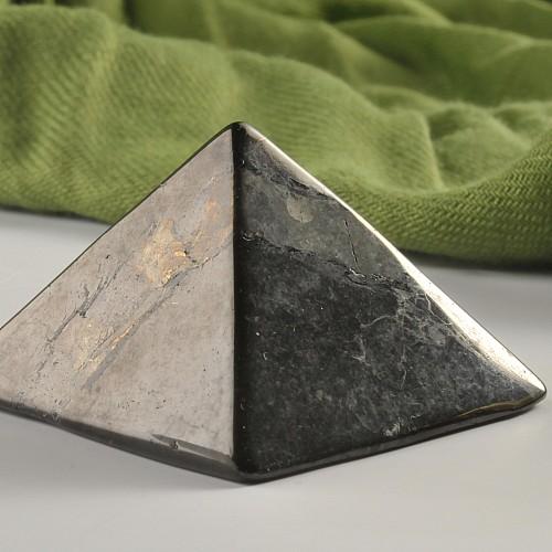 Schungit Pyramide 40mm Kantenlänge