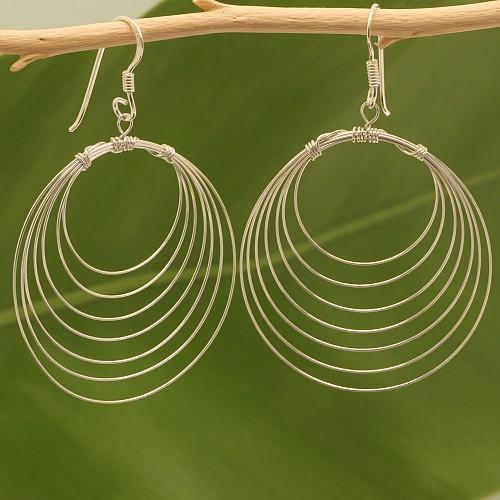Fein gewickelte Schlaufen Ohrringe aus 925er Silberdraht.