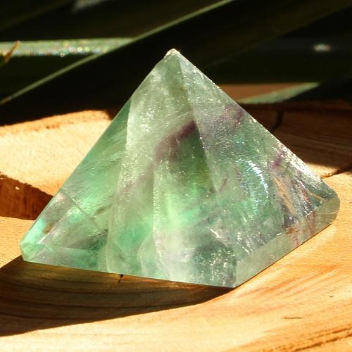 Fluorit Pyramide 002 leichter Mini Defekt an einer Seite der Spitze