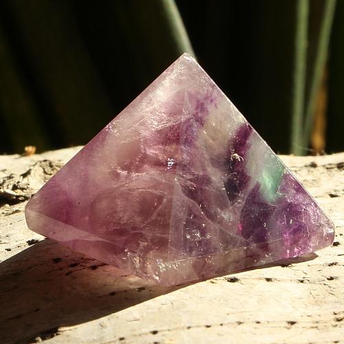 Fluorit Pyramide 014 natur Fluorit zur Pyramide geschliffen