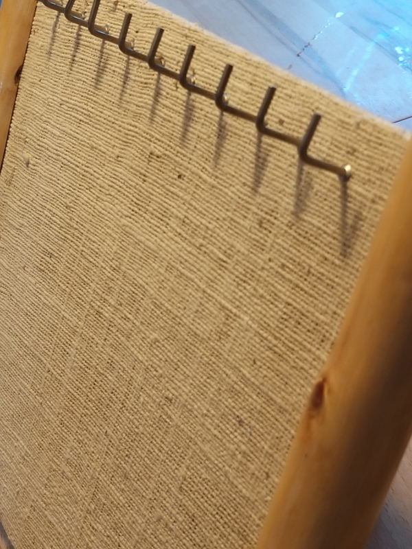 Kettenständer auf Leinen Massivholz Rahmen