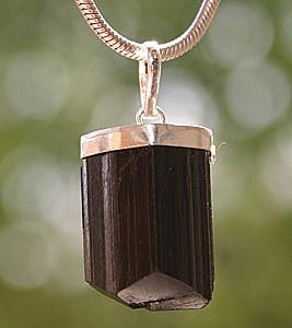 Turmalin- Anhaenger schwarz in Silber gefasst