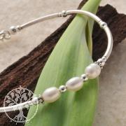 Silberarmband mit weißen Perlen