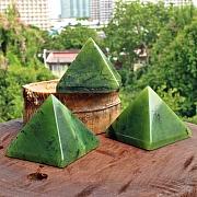 Nephrit Jade Edelsteine Dreiecksform Pyramide
