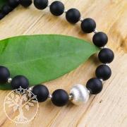 Perlenkette mit echten Onyx-Perlen und Gebürstetem Silber