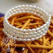 Armband aus weissen Perlen, mehrreihig