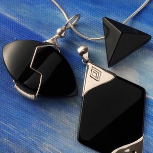 Onyx ist ein sehr beliebter Stein, ganz besonders als Schmuckstein ist er  seit alten Zeiten bekannt und beliebt. Onyx Schmuck gibt es schon sehr  lange. bcd07387f2
